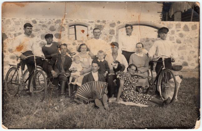 Andrese talu laudaehitus Tõiveres, Põltsamaa kihelkonnas 1932. a: pererahvas ja ehitajad koos kahe talukoeraga. Fotograaf teadmata / Allikas: Arno Kull, Vanadpildid.net